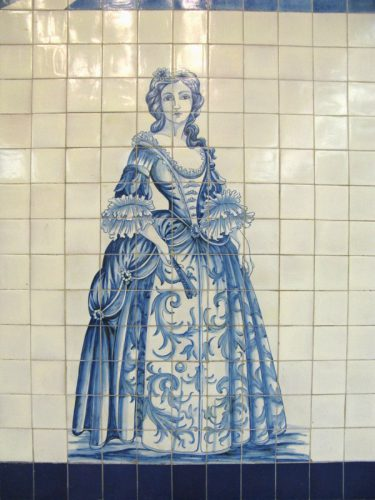 Lisbon Metro_CampoGrande_3woman